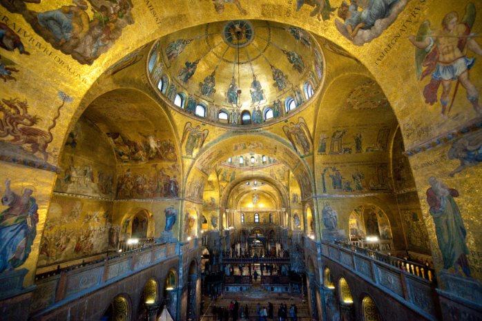 L'interno della Basilica di San Marco, Venezia, ricoperta di mosaici