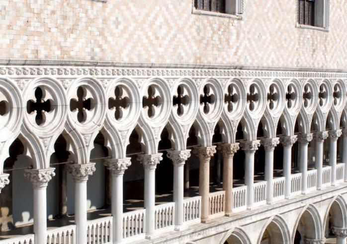 Il loggiato del Palazzo Ducale, nella foto sono visibili le due colonne rosa