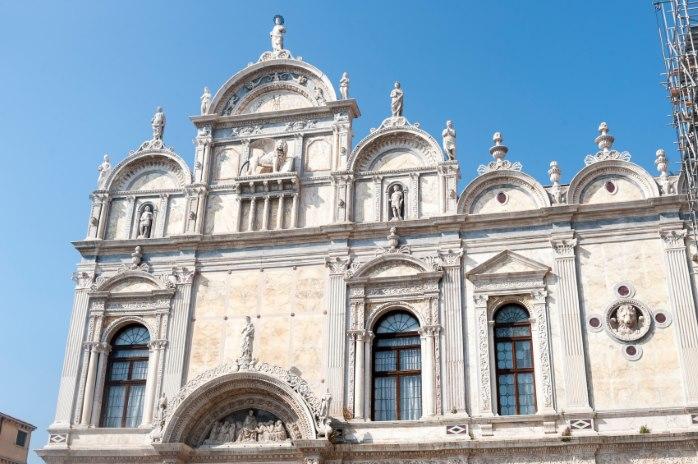 La bellissima facciata della Scuola Grande di San Marco
