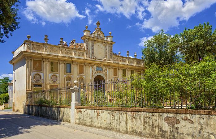 Fate il vostro ingresso trionfale nella sontuosa Villa Borghese e visitate uno dei musei più importanti di Roma, la Galleria Borghese.