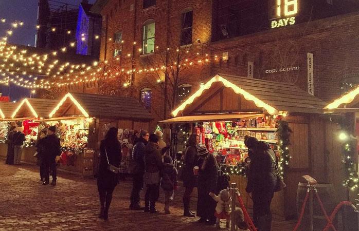 Natale con il gentile tocco canadese nel quartiere Distillery District di Toronto