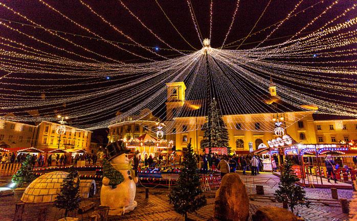 La magia del Natale rallegra la città rumena di Sibiu
