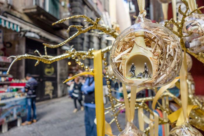 Statuine del presepe rappresentano la scena della natività nel mercatino di Natale di Napoli