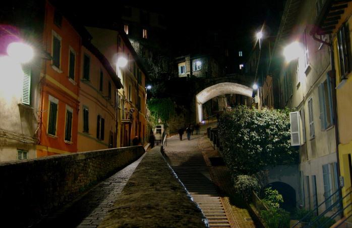 Perugia, Via Acquedotto di notte