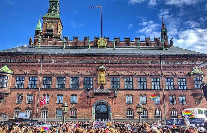 Bandiere arcobaleno adornano la piazza del municipio di Copenaghen