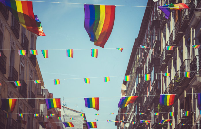 Madrid si tinge di bandiere arcobaleno