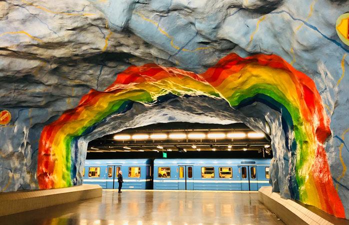 Le stazioni della metro di Stoccolma traboccano di colori