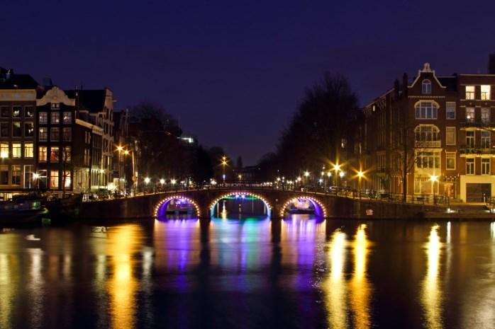 Amsterdam di sera in periodo natalizio