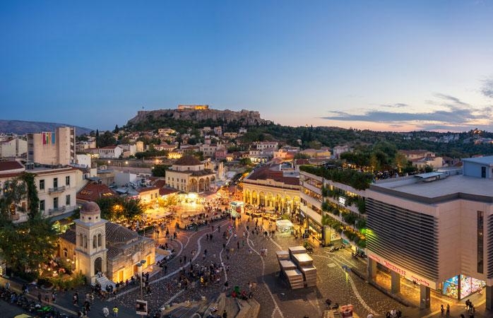 Piazza Monastiraki e sullo sfondo la magnifica Acropoli di Atene