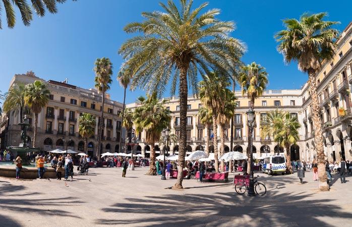 La vitale Plaça Reial, nel Quartiere Gotico di Barcellona