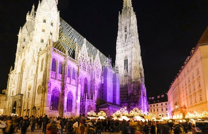 La grandiosa cattedrale di Vienna nella sempre animata Stephansplatz