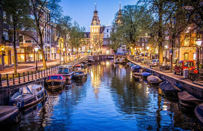 I romantici canali di Amsterdam vi aspettano per una festa speciale che non potete perdervi ad aprile. © Sergey Galyonkin
