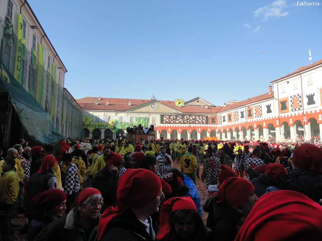 Si riuniscono in piazza i guerrieri di Ivrea.